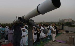 Le mufti Muneeb-ur-Rehman et ses fidèles guettent la première lune du mois de ramadan à Karachi, le 6 juin 2016