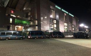 Plusieurs véhicules de la gendarmerie étaient encore présents devant le stade Geoffroy-Guichard, dans la nuit de mercredi à jeudi, plus d'une heure après la fin du match ASSE-OM.