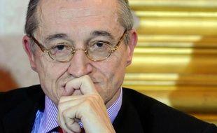 L'un des porte-parole de Marine Le Pen pour la présidentielle, le souverainiste Paul-Marie Coûteaux, va lancer un nouveau parti en vue d'une alliance avec le Front national aux législatives de 2012, une initiative diversement appréciée au FN.