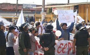 Des policiers ont refusé de réprimer des manifestants anti-Morales à Santa Cruz, en Bolivie, le 8 novembre 2019.