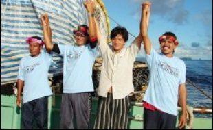 Les naufragés ont mis pied dans la capitale des îles Marshall, Majuro, mardi matin (lundi GMT). Tout sourire et habillés de frais, leur allure contrastait avec l'apparence émaciée et les haillons avec lesquels ils avaient été découverts il y a deux semaines.