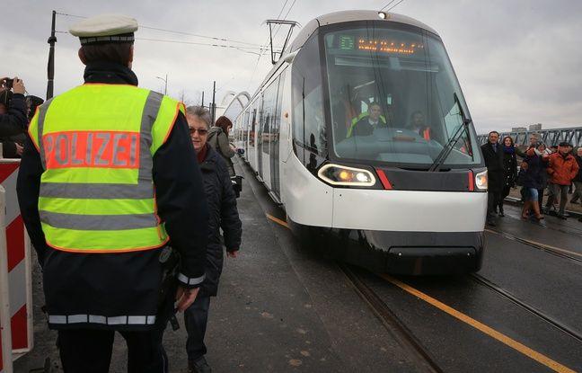 Le tram de la ligne D compte un troisième phare contre deux seulement sur les autres lignes.