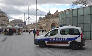 Une voiture de police sur la place de la Comédie (illustration)