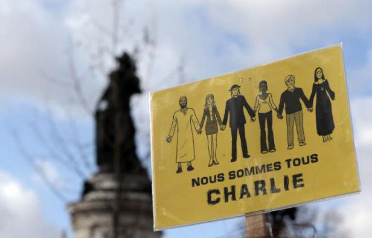 """""""Nous sommes tous Charlie"""" sur l'écriteau de manifestants place de la République le 11 janvier 2015 à Paris – Joël Saget AFP"""