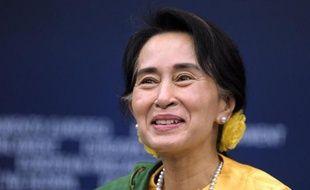La dirigeante de l'opposition birmane Aung San Suu Kyi a enfin pu recevoir mardi à Strasbourg le prix Sakharov décerné en 1990 par les eurodéputés, qu'elle a appelés à aider la Birmanie sur la voie de réformes encore inachevées.