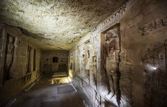 La tombe contient notamment des scènes montrant le propriétaire de la tombe avec sa mère, sa femme et sa famille.