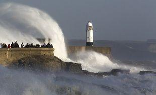 La mer se déchaîne à Porthcawl (pays de Galles) lors du passage de la tempête Ophelia, le 16 octobre 2017.