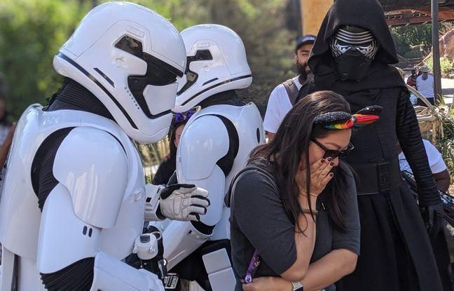 Kylo Ren et des stormtroopers interrogent les visiteurs.