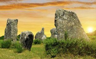 Entre lichen et bruyère, dolmens et menhirs jaillissent d'une lande bretonne toujours farouche.