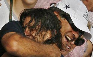 Rafael Nadal dans les bras de son oncle Toni après sa victoire à Roland-Garros le 10 juin 2007.