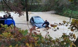 Une automobiliste piégée par les crues a été secourue par des gendarmes près de Limoux, dans l'Aude, le 13 décembre 2019.