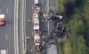 Vue aérienne de l'accident sur la A9 près de Müchberg en Allemagne, qui a fait au moins onze morts et trente blessés, le 3 juillet 2017.