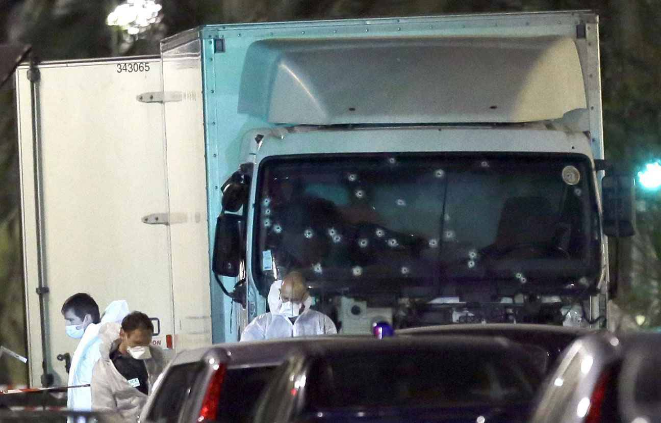 attentat de nice le camion a forc le passage pour acc der la promenade des anglais. Black Bedroom Furniture Sets. Home Design Ideas