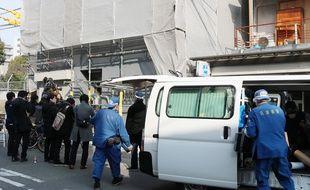 Les policiers japonais devant l'appartement où une tête humaine a été retrouvée, à Osaka le 25 février 2018.
