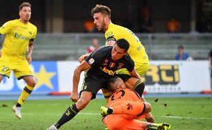 Le gardien du Chievo s'est pété le nez lors d'un duel avec Ronaldo.