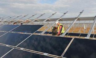 Les filières françaises du solaire et de l'éolien, au bord de l'asphyxie, attendent avec impatience la conférence environnementale de la fin de semaine pour découvrir le menu des mesures de soutien d'urgence promises par la ministre de l'Ecologie Delphine Batho.