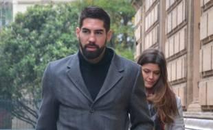 Nikola Karabatic et sa compagne, à leur arrivée, ce lundi.