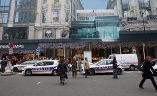 Cinq pains d'explosif ont été saisis mardi matin dans le magasin Printemps-Haussmann à Paris (IXe arrondissement), a-t-on appris de source policière.