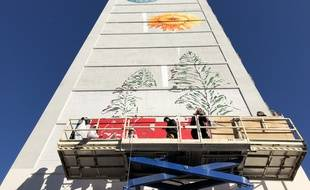 Les jeunes de Felix Pyat sur la nacelle pour réaliser la fresque d'un pissenlit de 40 mètres de haut sur un immeuble de leur quartier.