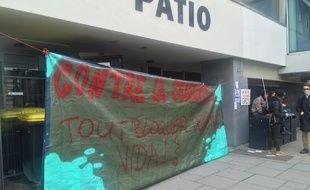 Le Patio, bâtiment emblématique de l'université de Strasbourg, bloqué ce matin contre la réforme de l'accès à l'université.