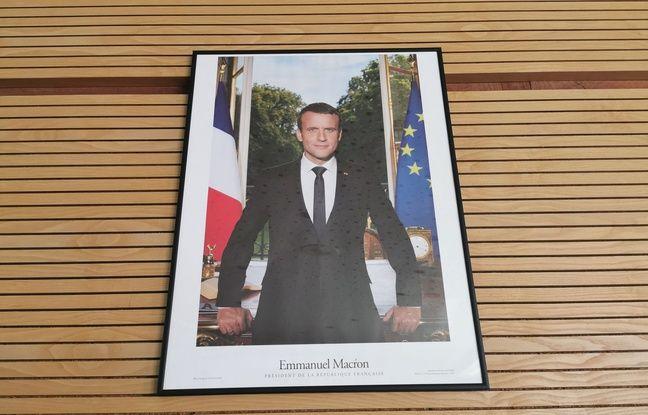 Un « gilet jaune » interpellé pour avoir remplacé le portrait de Macron par un QR code