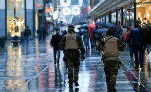 Des militaires belges patrouillent rue Neuve à Bruxelles le 21 novembre 2015