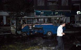 Huit personnes ont été tuées et une cinquantaine d'autres ont été blessées dans un attentat à la voiture piégée survenu lundi soir dans le centre-ville de Gaziantep (sud-est) en Turquie, a annoncé le maire de la ville, Asim Güzelbey, cité par les chaînes de télévision.