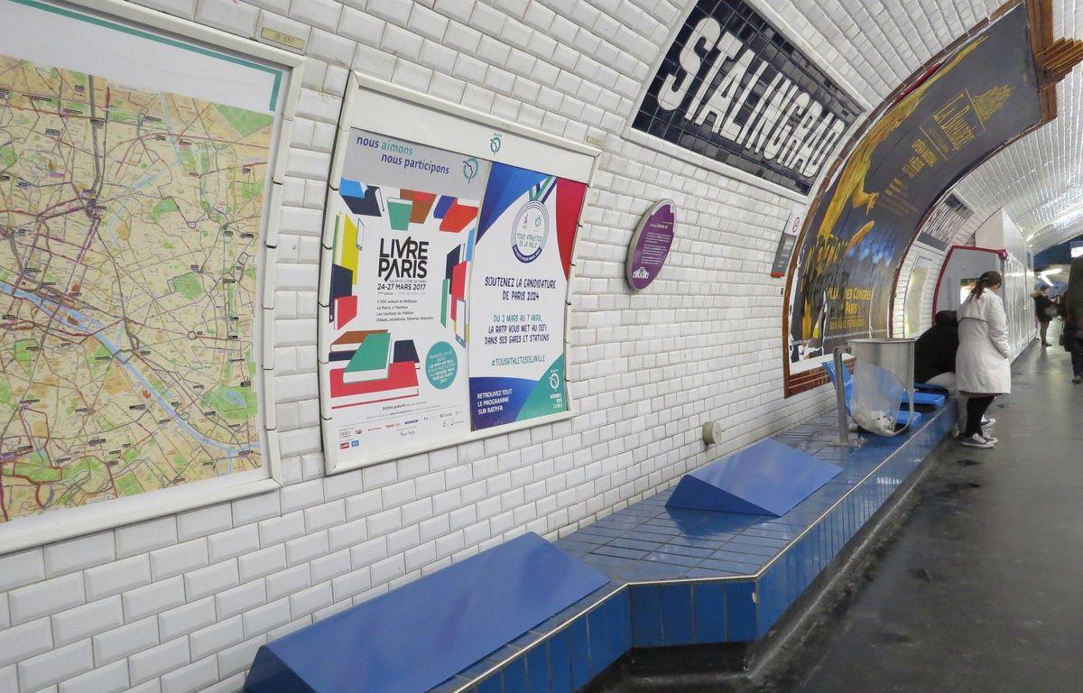 Les nouveaux bancs installés par la RATP à la station Stalingrad – R.LESCURIEUX