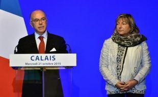 Bernard Cazeneuve et la maire de Calais Natacha Bouchart à Calais, le 21 octobre 2015