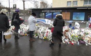 Des passants se recueillent devant l'Hyper Cacher, le 15 janvier 2015.