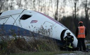 Des secours travaillent sur le lieu de l'accident meurtrier d'un TGV qui a déraillé lors d'un essai à Eckwersheim près de Strasbourg, le 15 novembre 2015