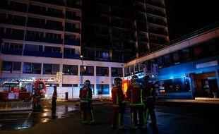 L'incendie dans un immeuble du site de l'hôpital Mondor de Créteil, dans la nuit du 21 au 22 août 2019, a fait un mort et huit blessés.