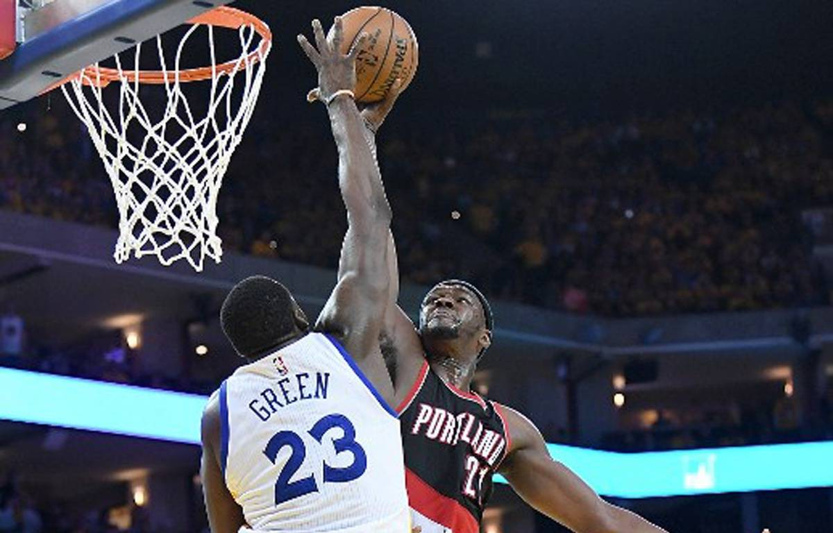 Le contre monstreux de Draymond Green face à Noah Vonleh lors de Golden State-Portland, le 16 avril 2017 en NBA.  – Thearon W. Henderson / GETTY IMAGES NORTH AMERICA / AFP