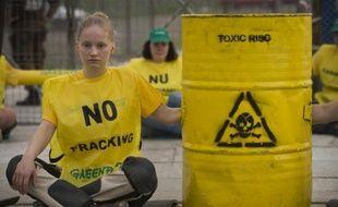 Des militants écologistes de Greenpeace bloquent l'accès à un site d'exploration des gaz de schiste de Chevron à Pungesti en Roumanie, le 7 juillet 2014