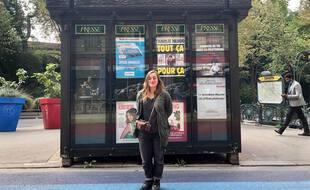Alexandra Pianelli,  plasticienne de formation et autrice du documentaire «Le Kiosque» devant un ancien kiosque à journaux à Paris.