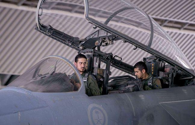 Photo d'archives du 24 septembre 2014 montrant deux pilotes saoudiens dans un chasseur participant aux frappes aériennes de la coalition anti-Daesh en Syrie.