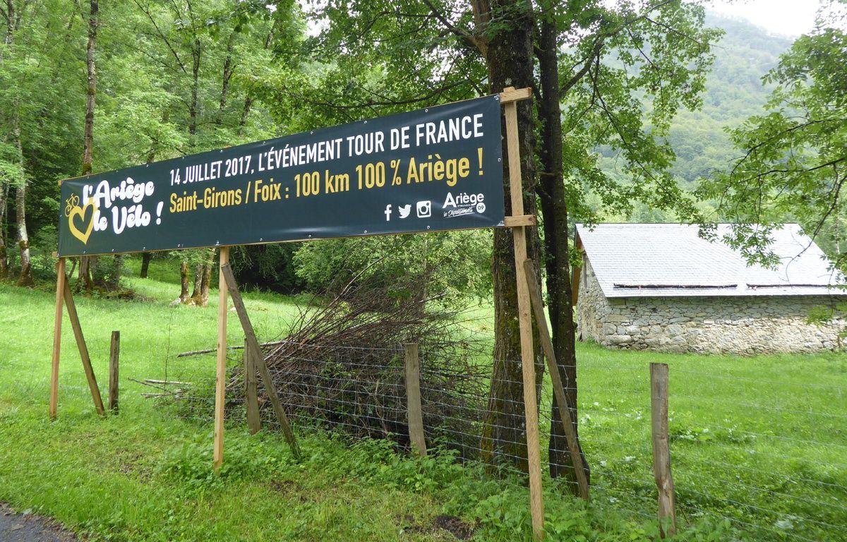 Une banderole annonce le passage du Tour de France dans le col de Latrape, en Ariège. – N. Stival / 20 Minutes