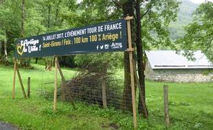 Une banderole annonce le passage du Tour de France dans le col de Latrape, en Ariège.