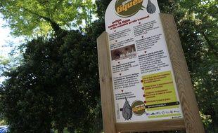Panneaux de prévention contre les piqûres de tiques et de la maladie de Lyme à l'entrée d'une forêt de Strasbourg.