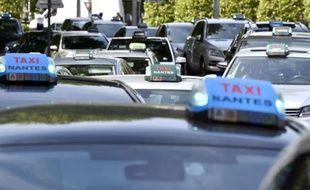 Des taxis bloquent l'accès à la préfecture pour protester contre le lancement d'Uber, le 9 juin 2015 à Nantes