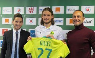 Guillaume Gillet, entouré de Franck Kita, DG du FCN et du coach Michel Der Zakarian.
