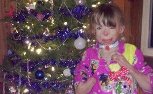 Safyre devant son sapin de Noël en décembre 2015.