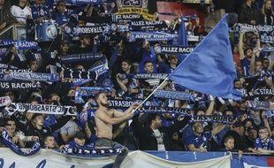 Les supporters alsaciens du kop en tribune Ouest au stade de la Meinau lors de Strasbourg-Monaco.