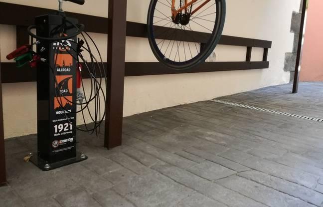 Dans son garage à vélo, l'hôtel Le Dragon a même installé une petite station de réparation.