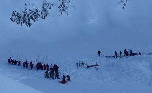 Les secours sur le site de l'avalanche survenue aux 2 Alpes le 13 janvier 2016, faisant trois morts.