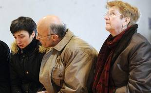 Jessica, soeur jumelle de Laëtitia Perrais, en compagnie de sa famille d'accueil,  Michèle et Gilles, le 29 janvier 2011 à Pornic.