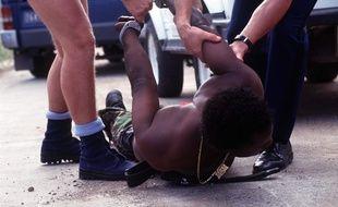 Un homme noir se faisant arrêter par la police. Image d'illustration.