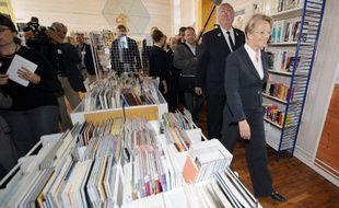 L'ancienne ministre de la Justice, Michèle Alliot-Marie visite la bibliothèque de la prison pour femmes de Rennes, le 10 septembre 2009.