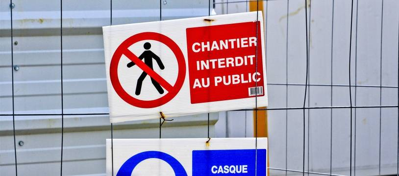 Des panneaux près d'un chantier au Mans (Illustration).