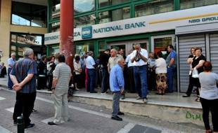 Des retraités devant un bureau fermé de la Banque nationale de Grèce à Athènes le 29 juin 2015
